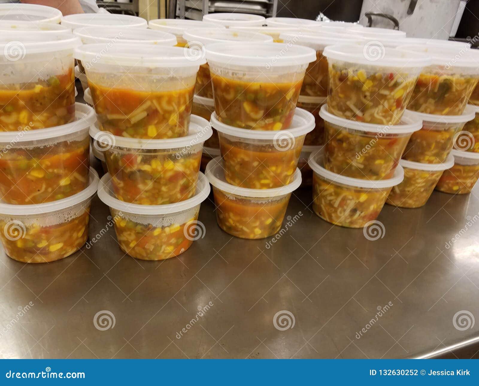 Una gran cantidad de alimento cocido en envases de - Espatula plastico cocina ...