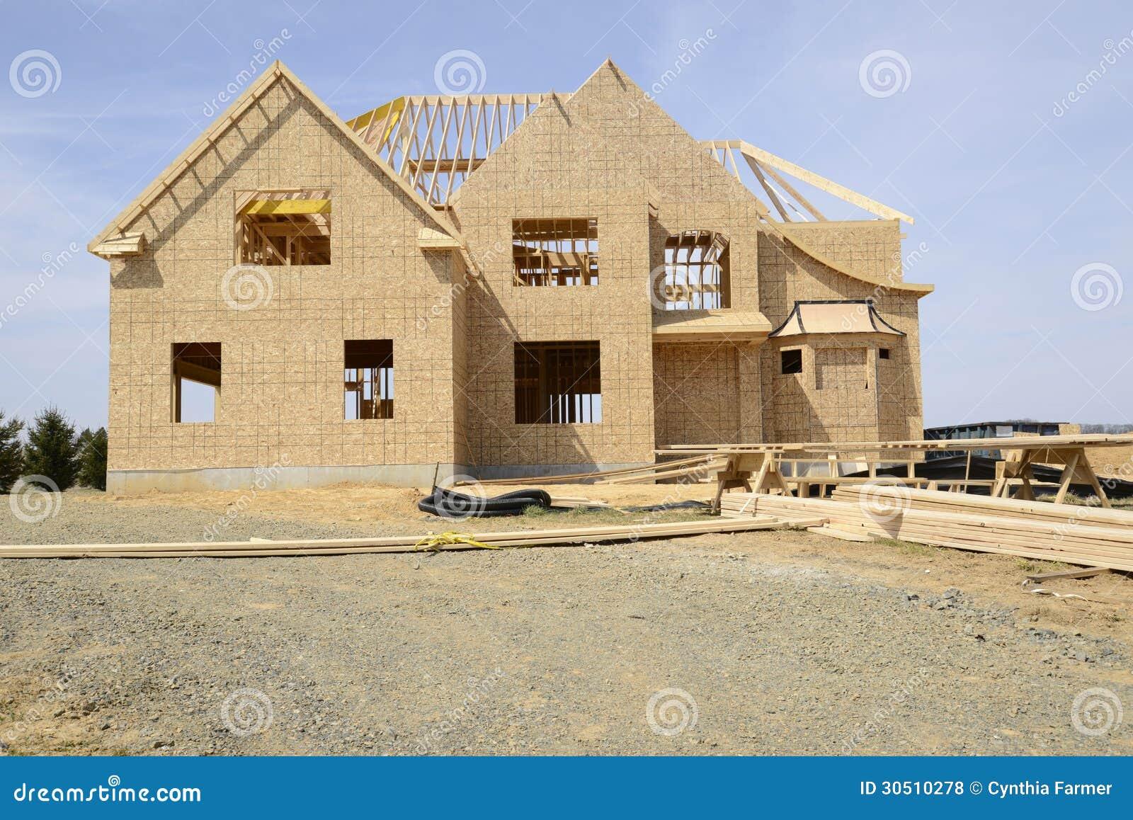 una grande casa di famiglia di due storie in costruzione
