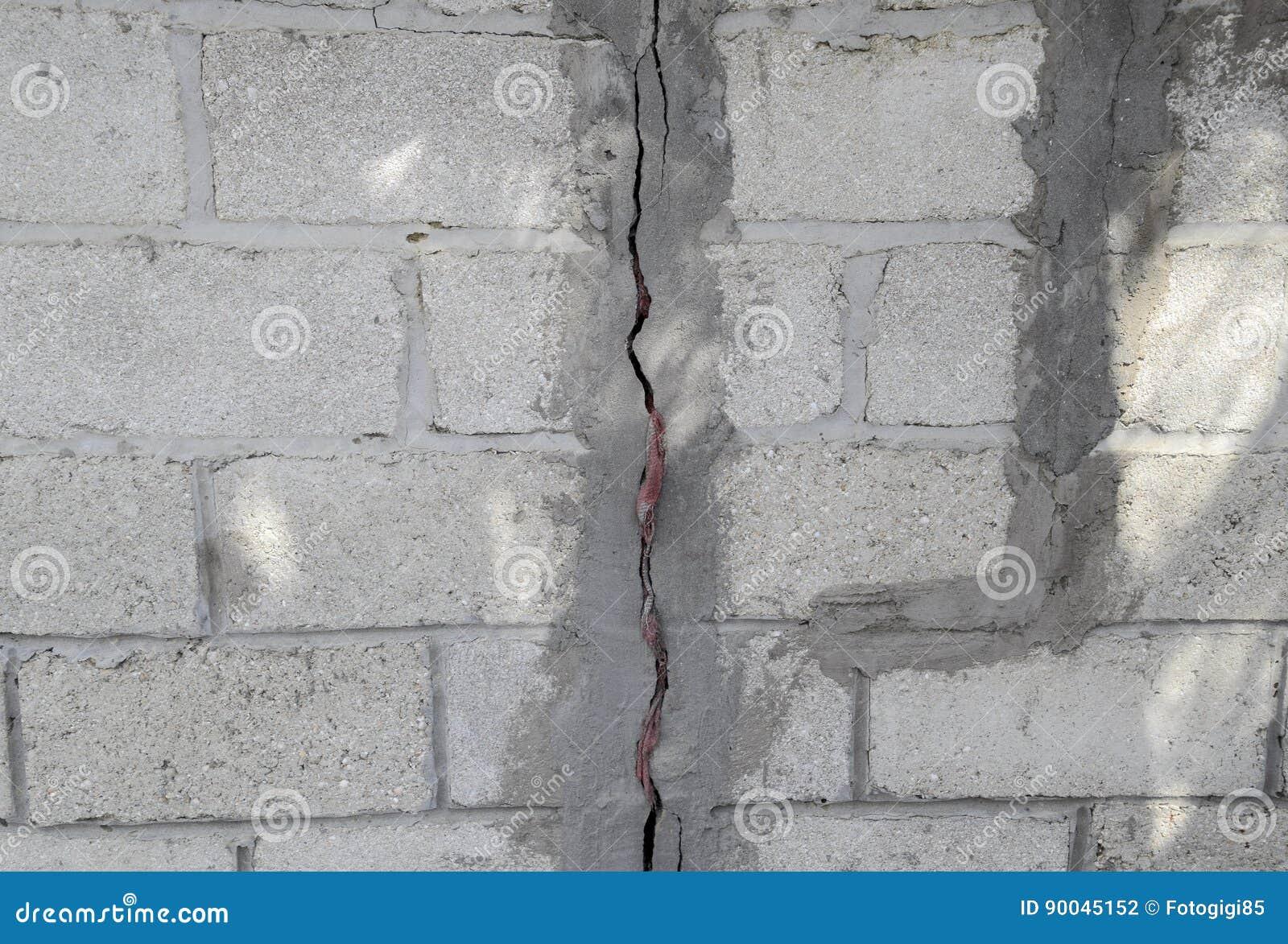 una grieta en el muro de cemento la destruccin de la pared de los bloques grises