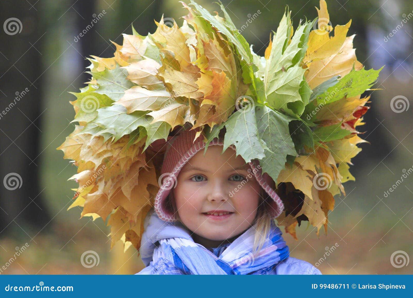 Una guirnalda del amarillo se va en la cabeza de la muchacha