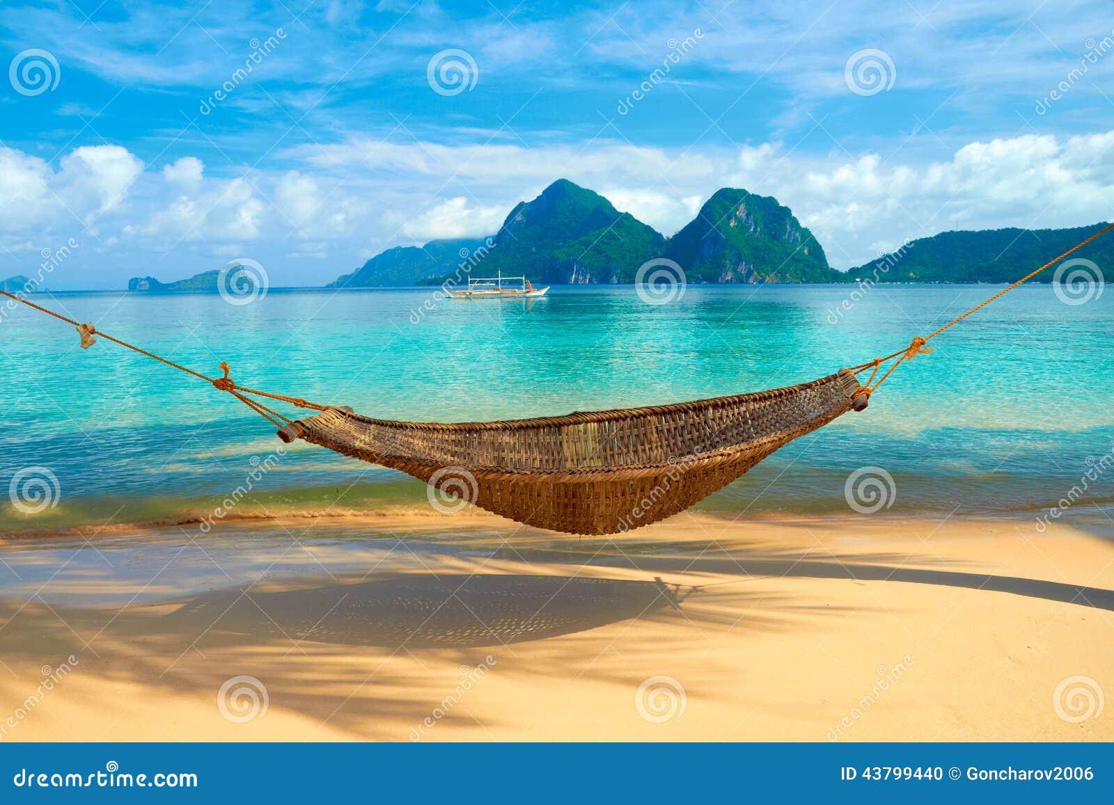 Una hamaca en la playa foto de archivo imagen 43799440 - Hamacas de playa ...
