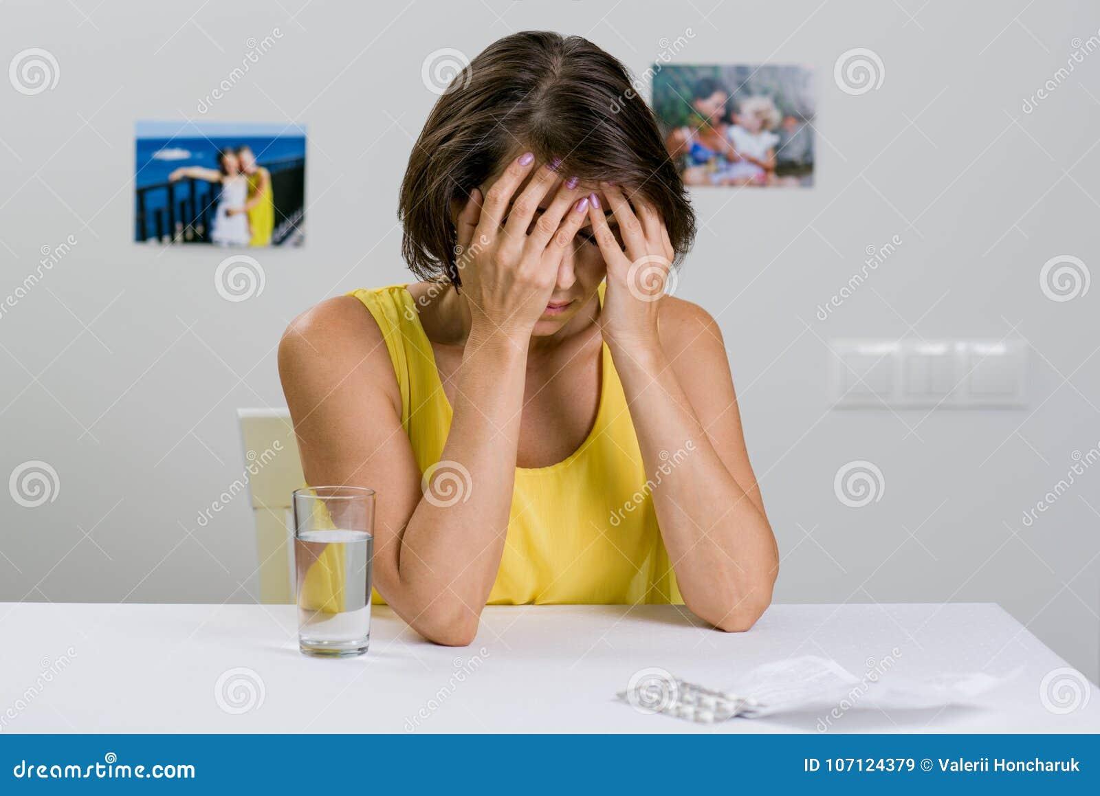 Una hembra adulta sufre de un dolor de cabeza severo