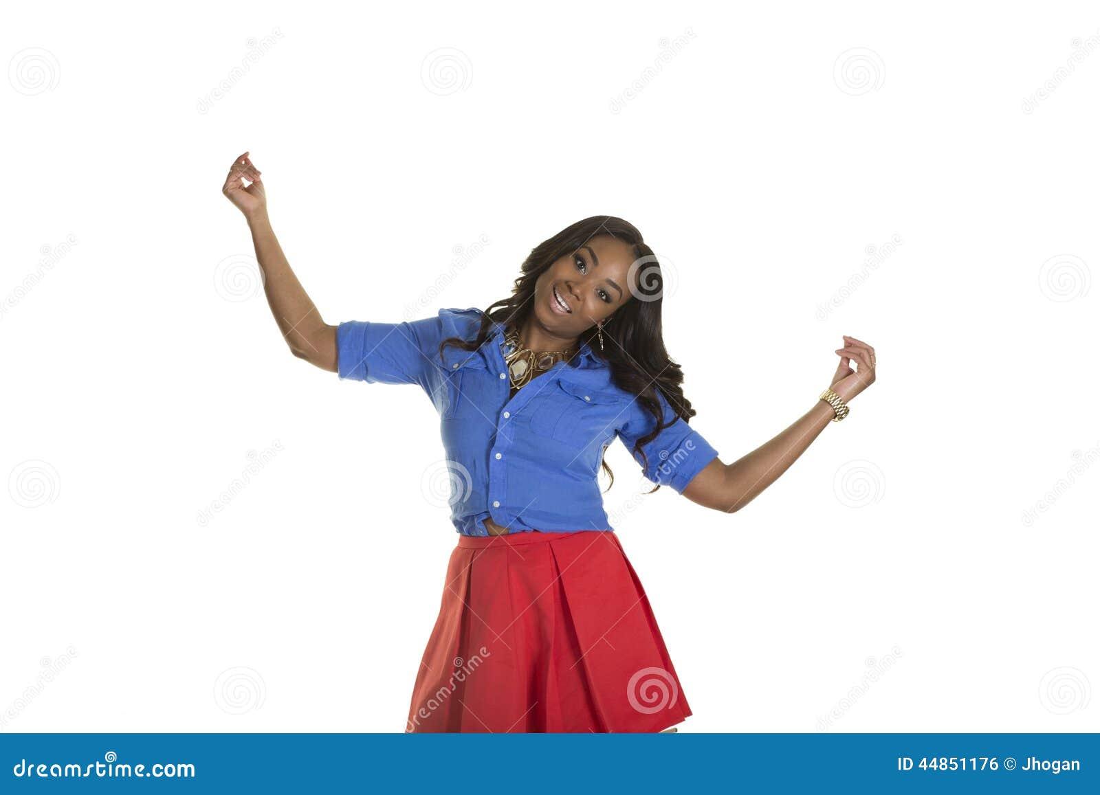 Una hembra atractiva aislada llevando una falda