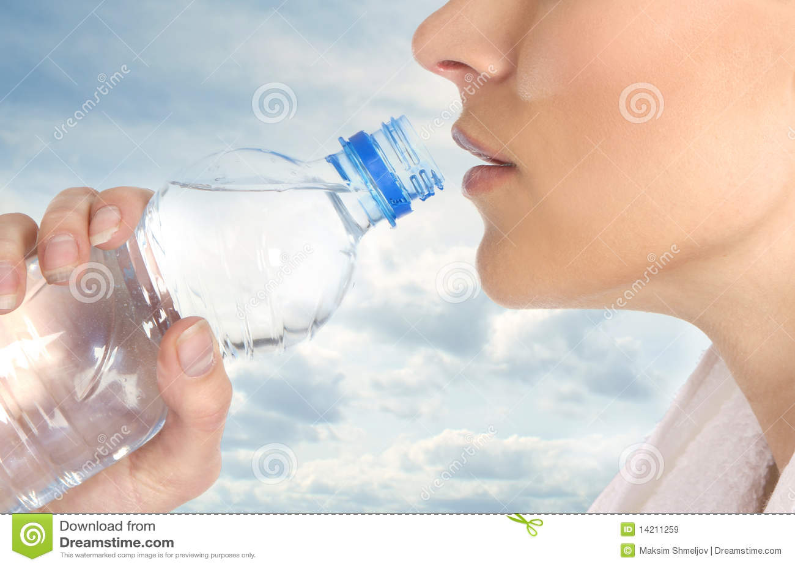 Una hembra joven está bebiendo el agua de restauración