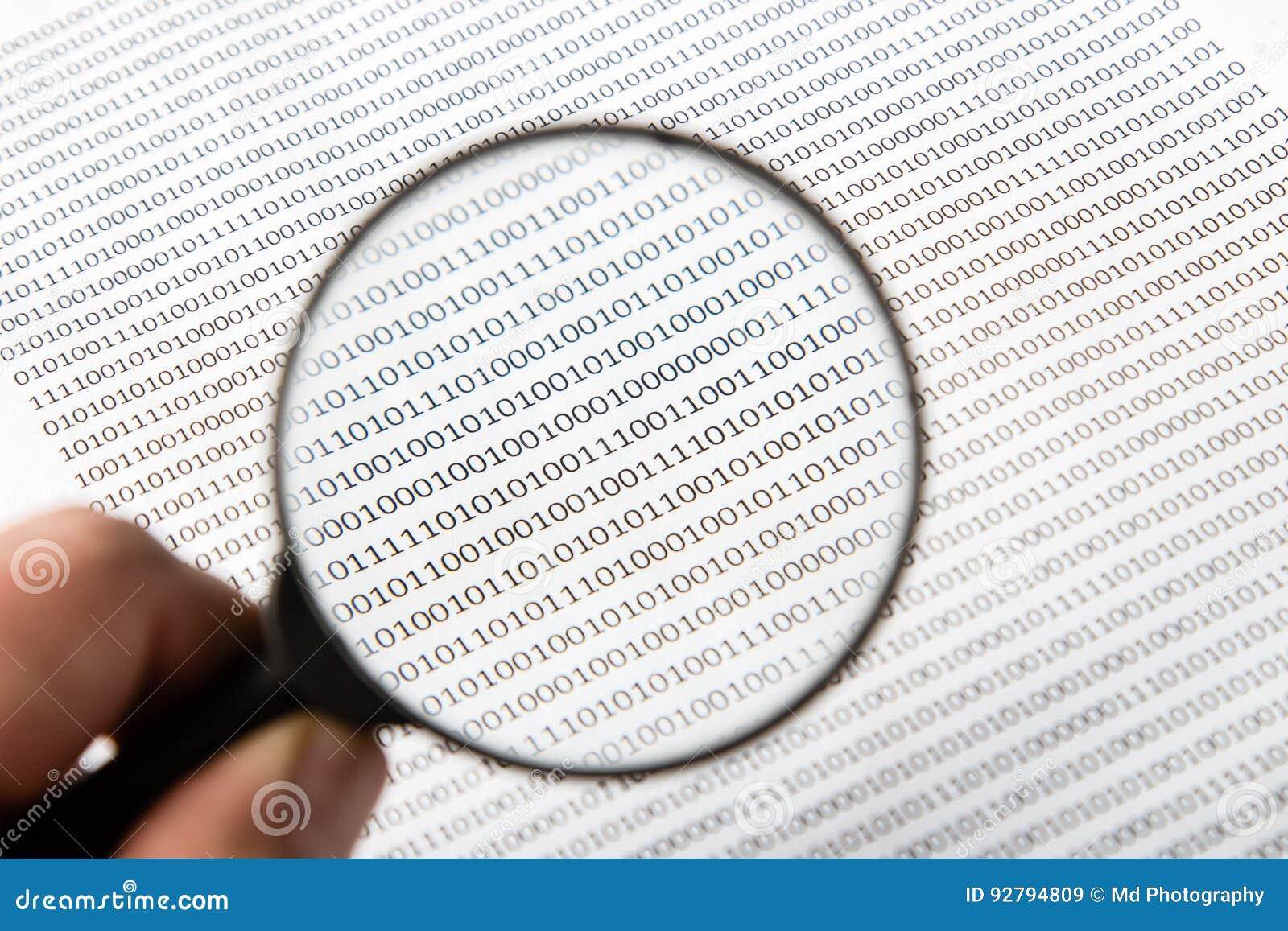 Una imagen blanco y negro de un escudriñamiento humano codifica en software, esta imagen se puede utilizar para representar la fu