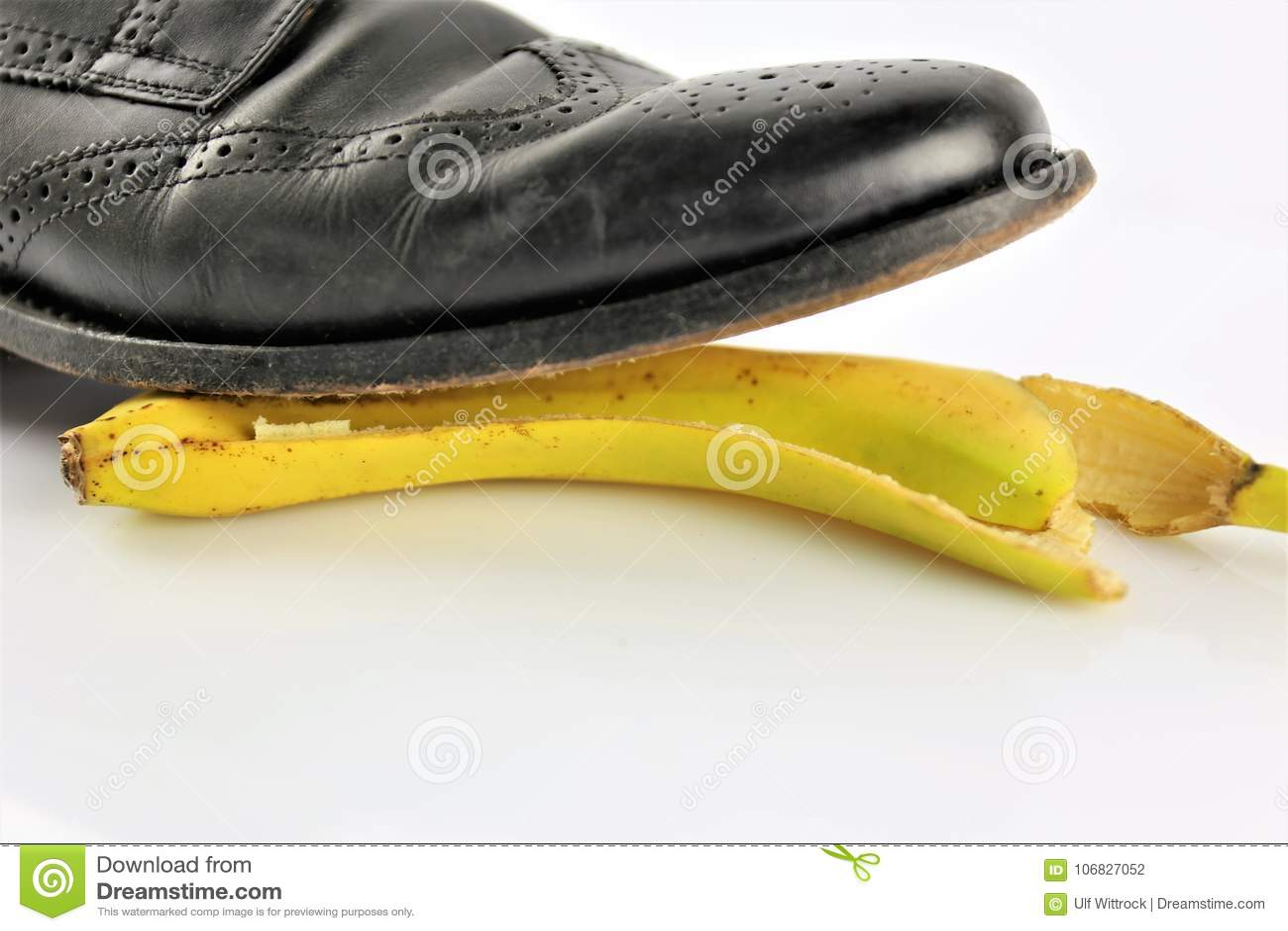 Una imagen de una cáscara del plátano - accidente, peligro, comedia del concepto