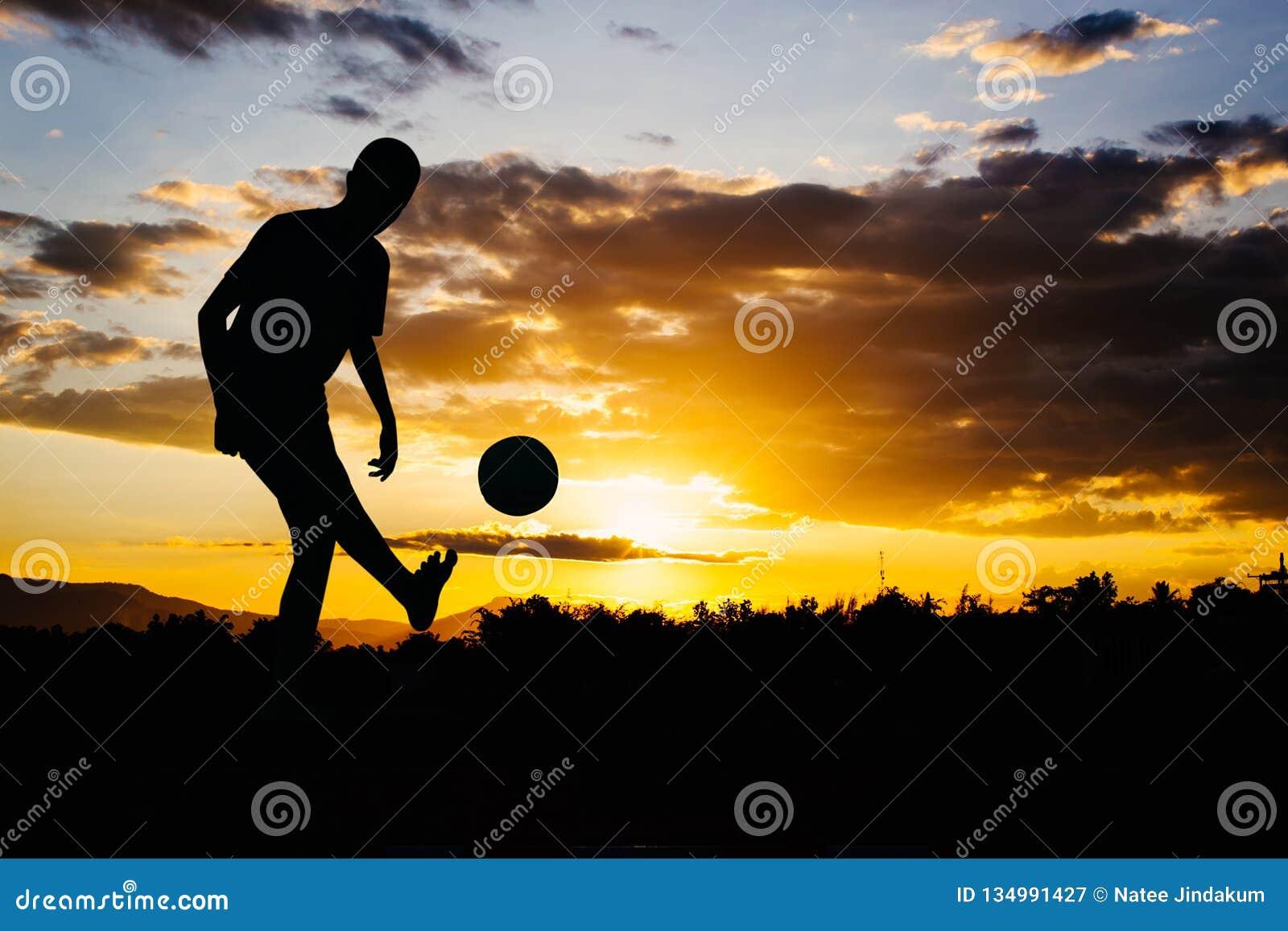 Una imagen de la acción de un grupo de niños que juegan al fútbol del fútbol para el ejercicio en zona rural de la comunidad bajo