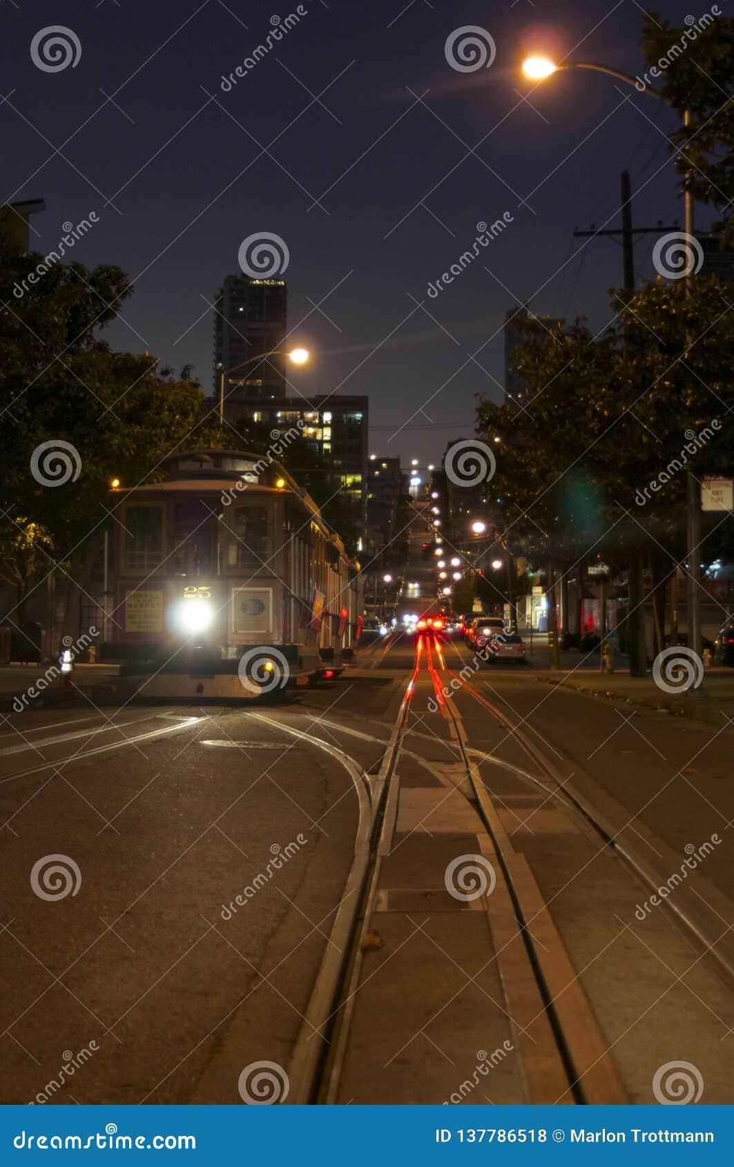 Una imagen de la noche de un tranvía típico de San Francisco