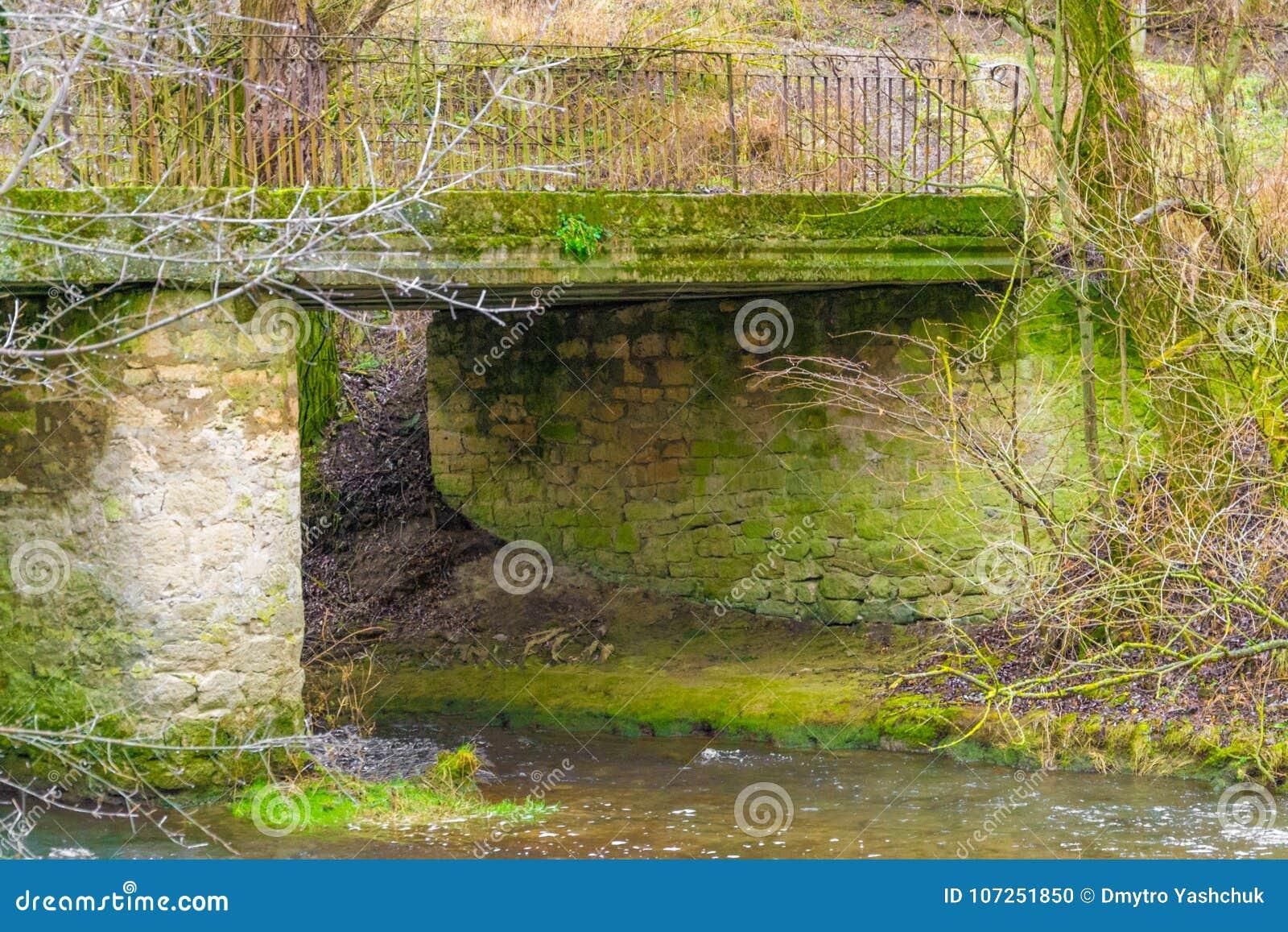 Una imagen de la orilla del puente de Hisley un puente viejo del caballo de carga sobre el río