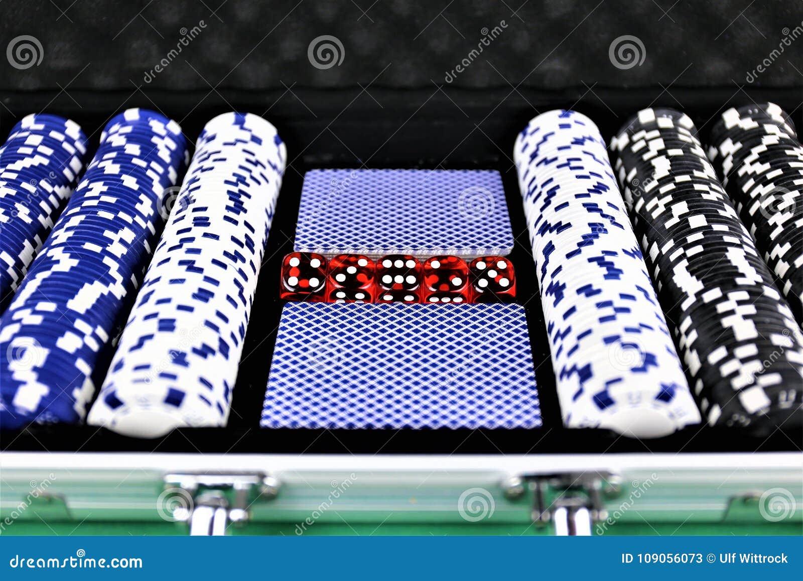 Una imagen del concepto de algunas fichas de póker en un casino