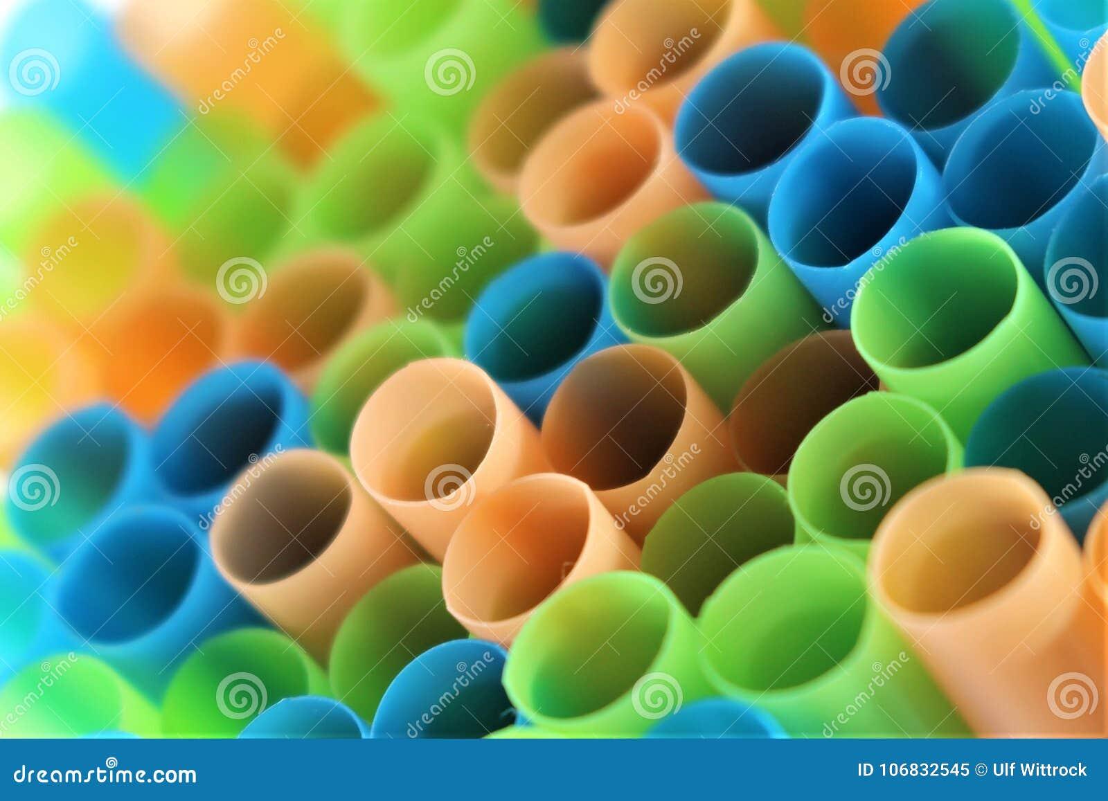 Una imagen del concepto de la paja plástica colorida