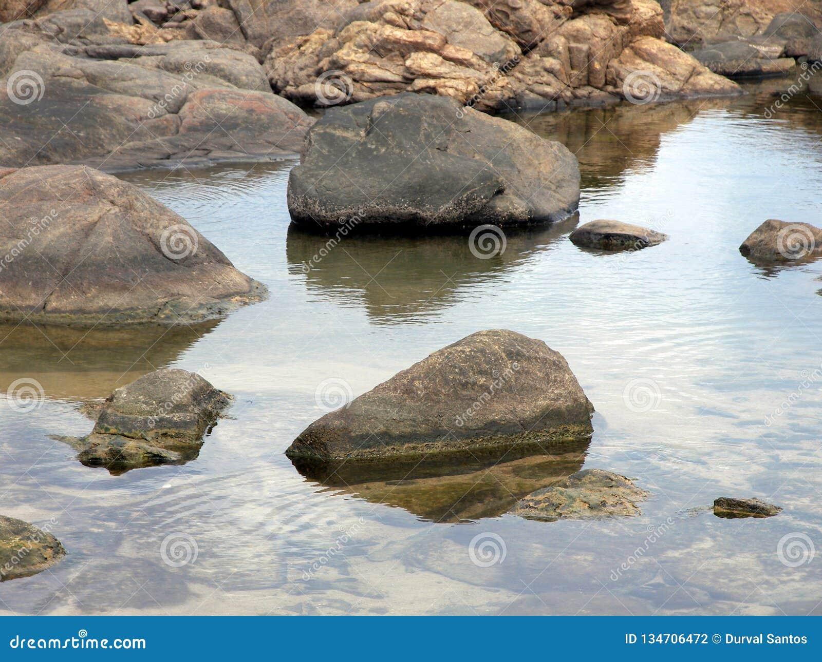 Una laguna en la playa formada durante la bajamar