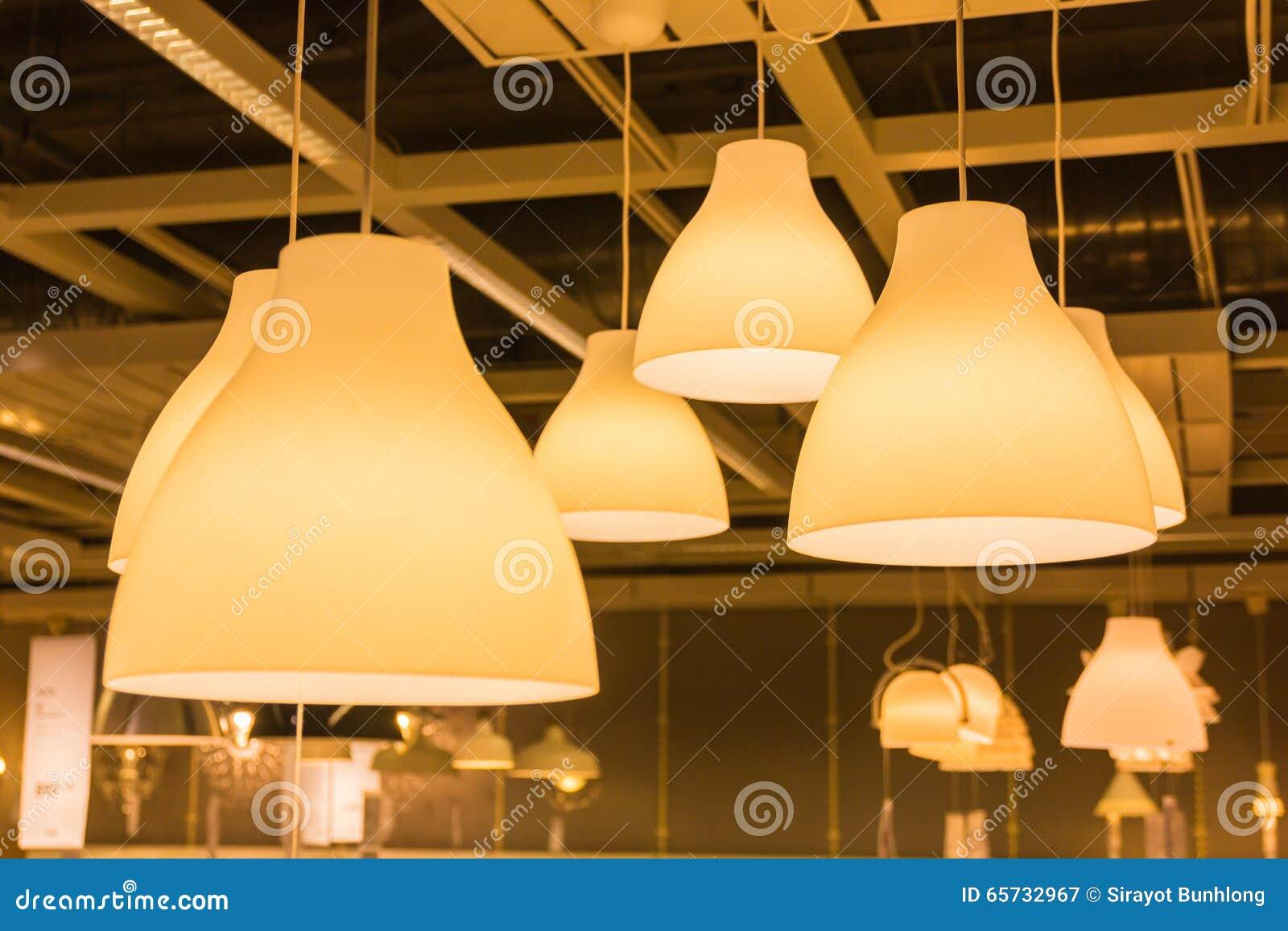 Una lampada di illuminazione con le lampadine nella casa immagine