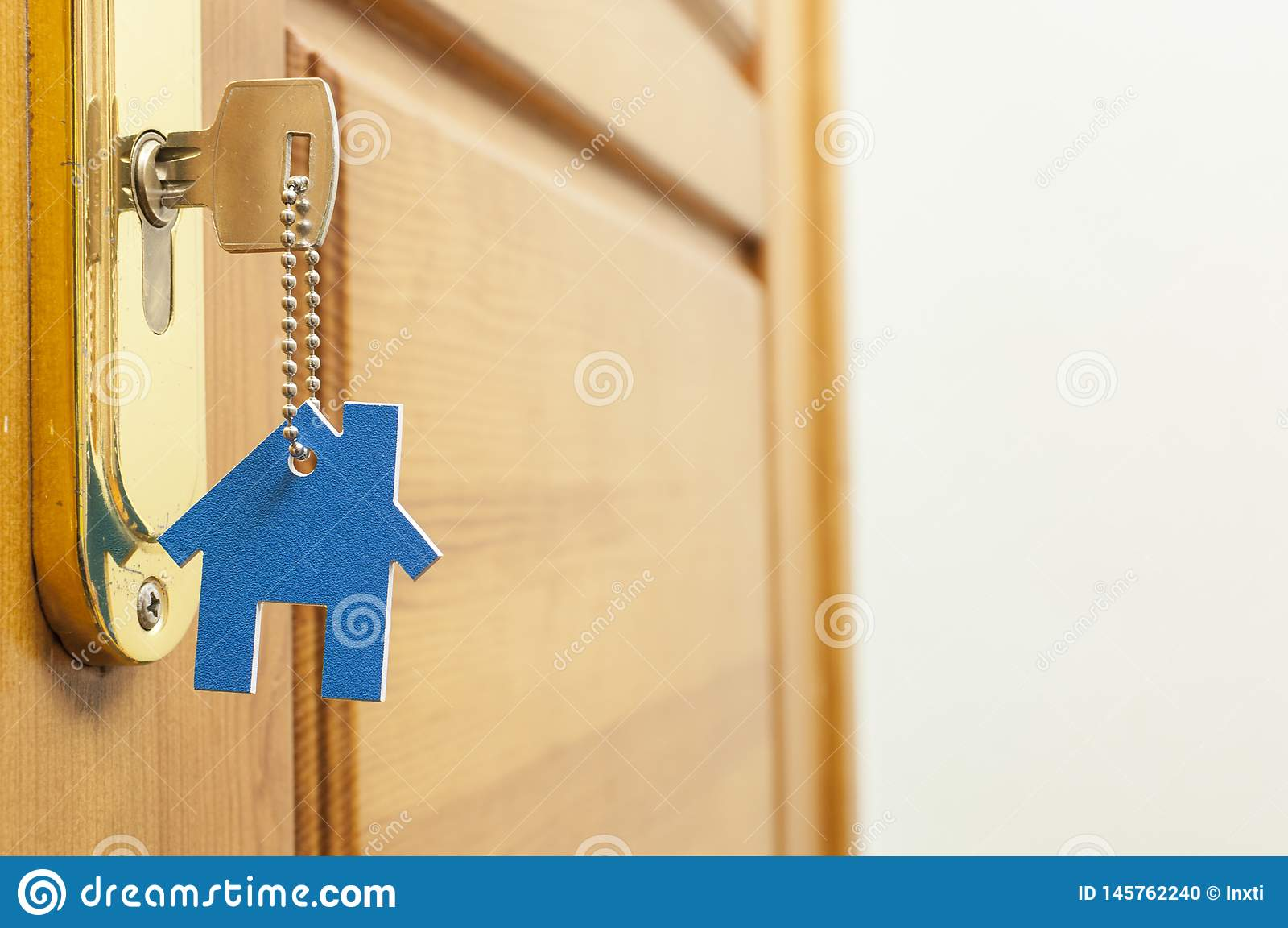 Una llave en una cerradura con el icono de la casa en ?l