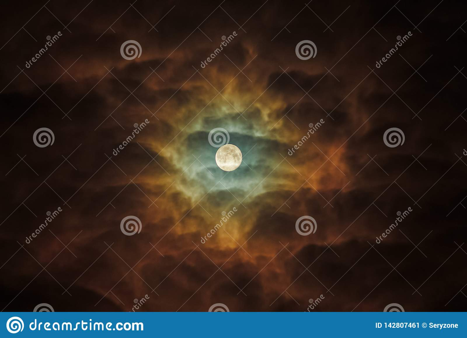 Una Luna Llena destaca siniestramente las nubes oscuras Girasol del cielo nocturno