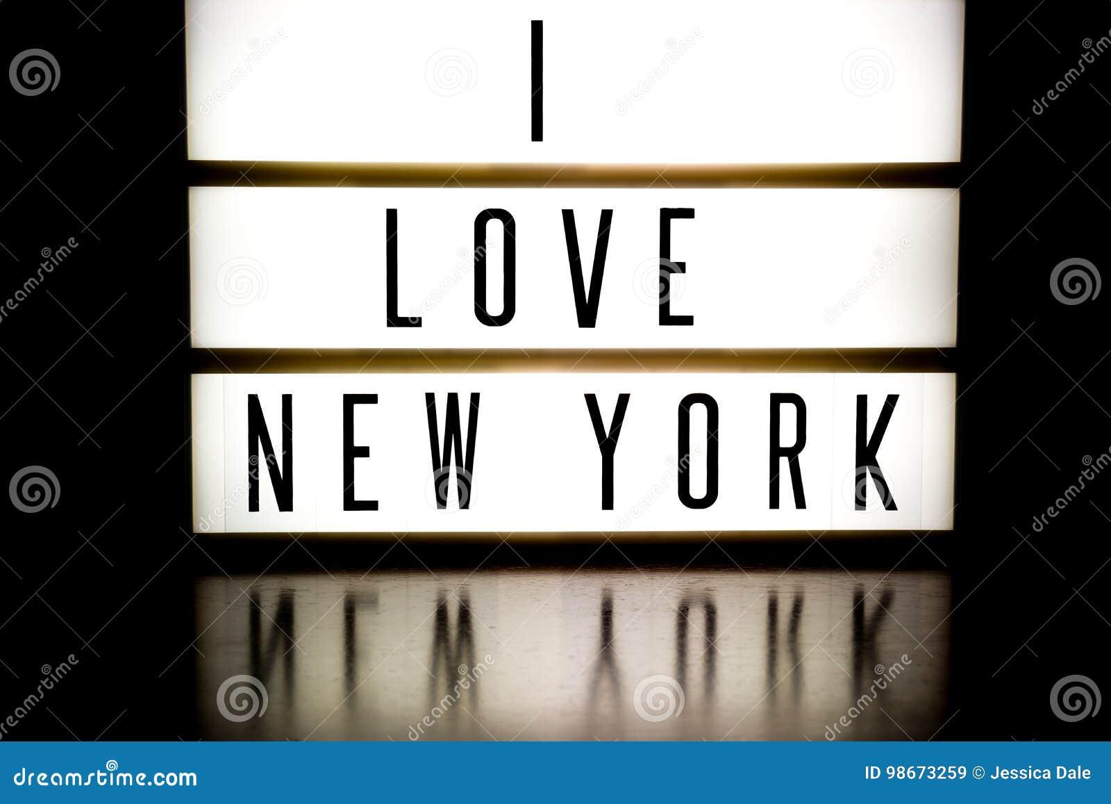 Una Luz Encima Del Tablero Que Exhibe El Amor Nueva York De
