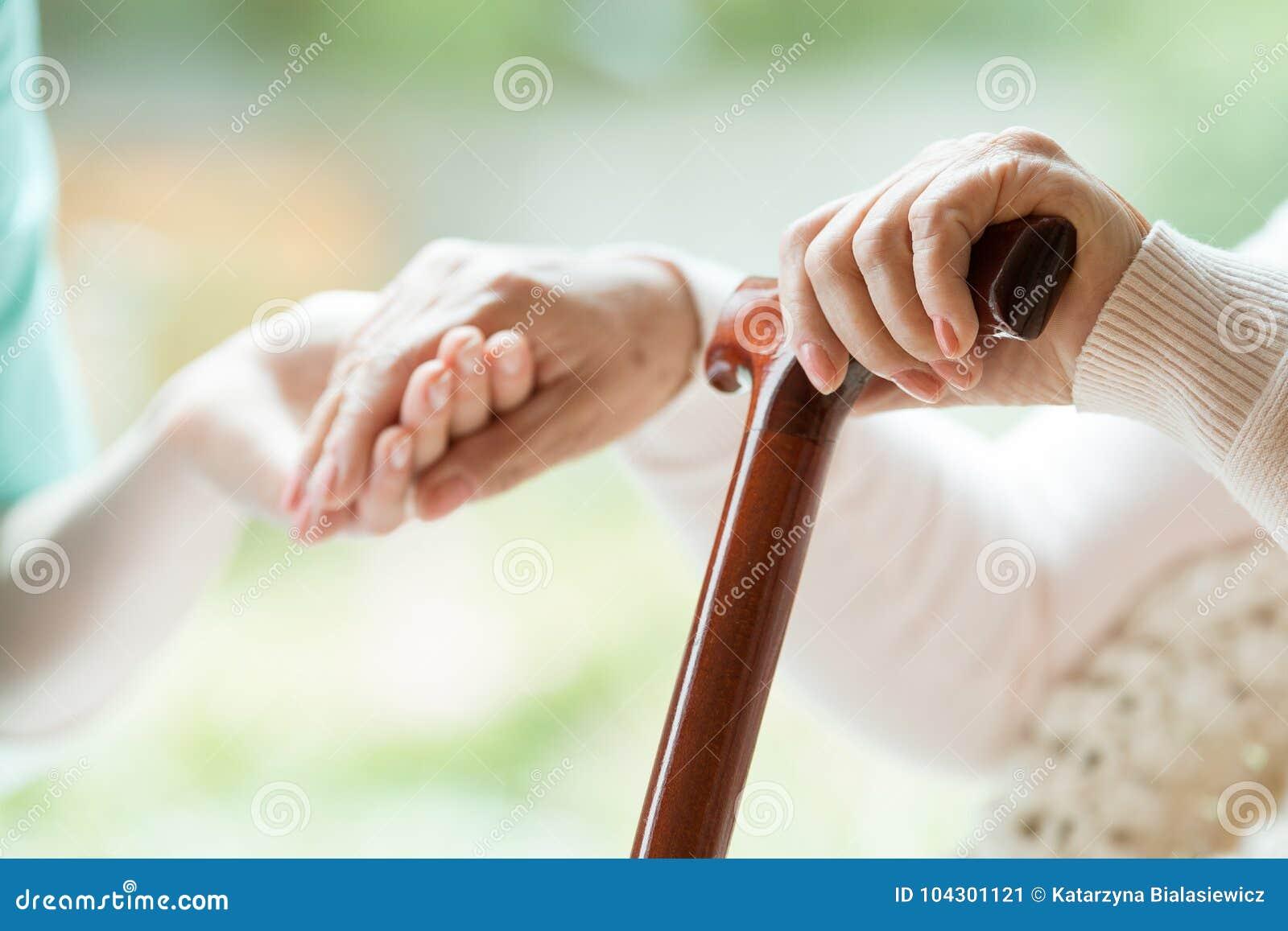 Una más vieja persona que usa el bastón que camina