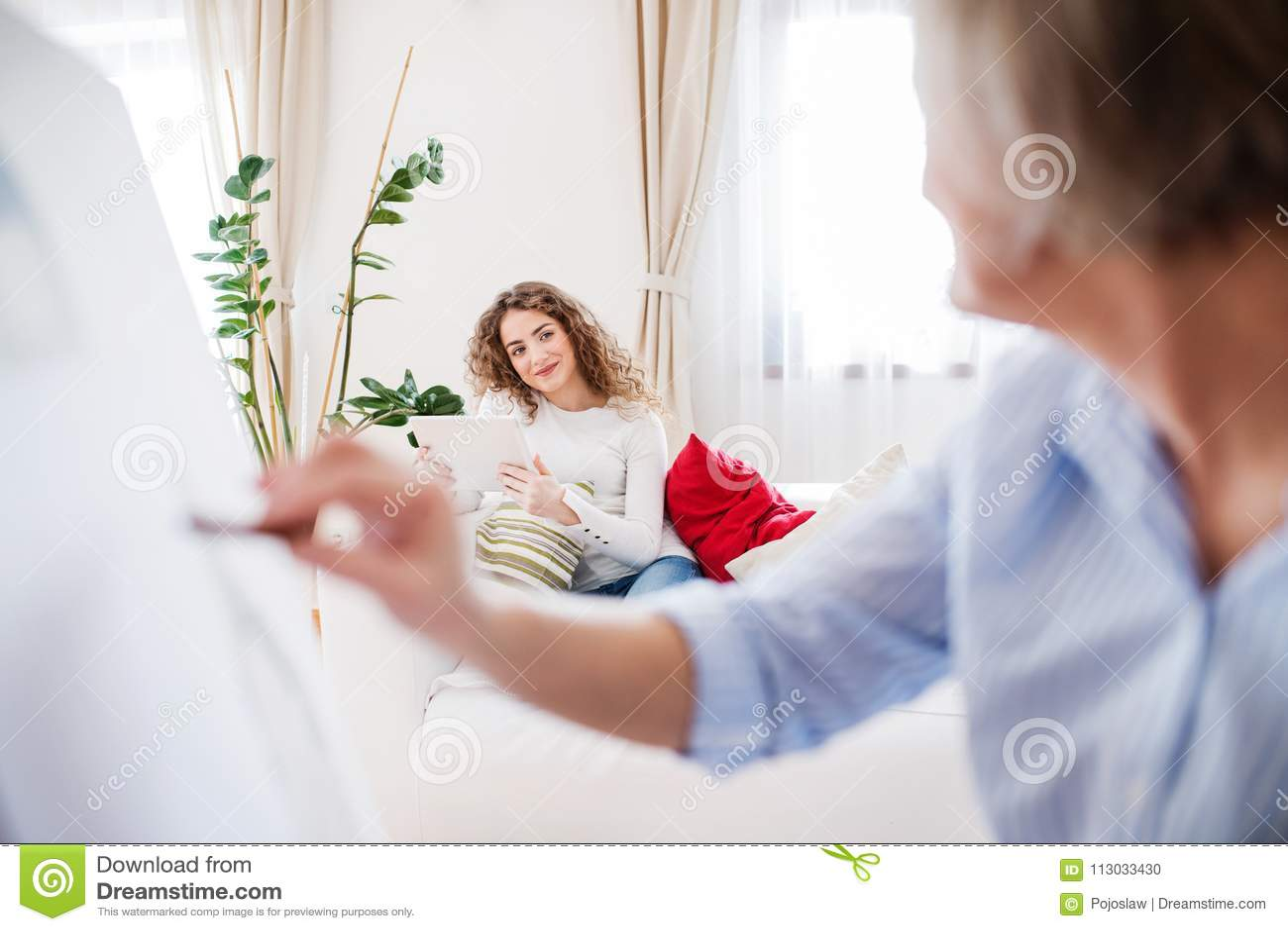 Una madre o una abuela con un adolescente en casa