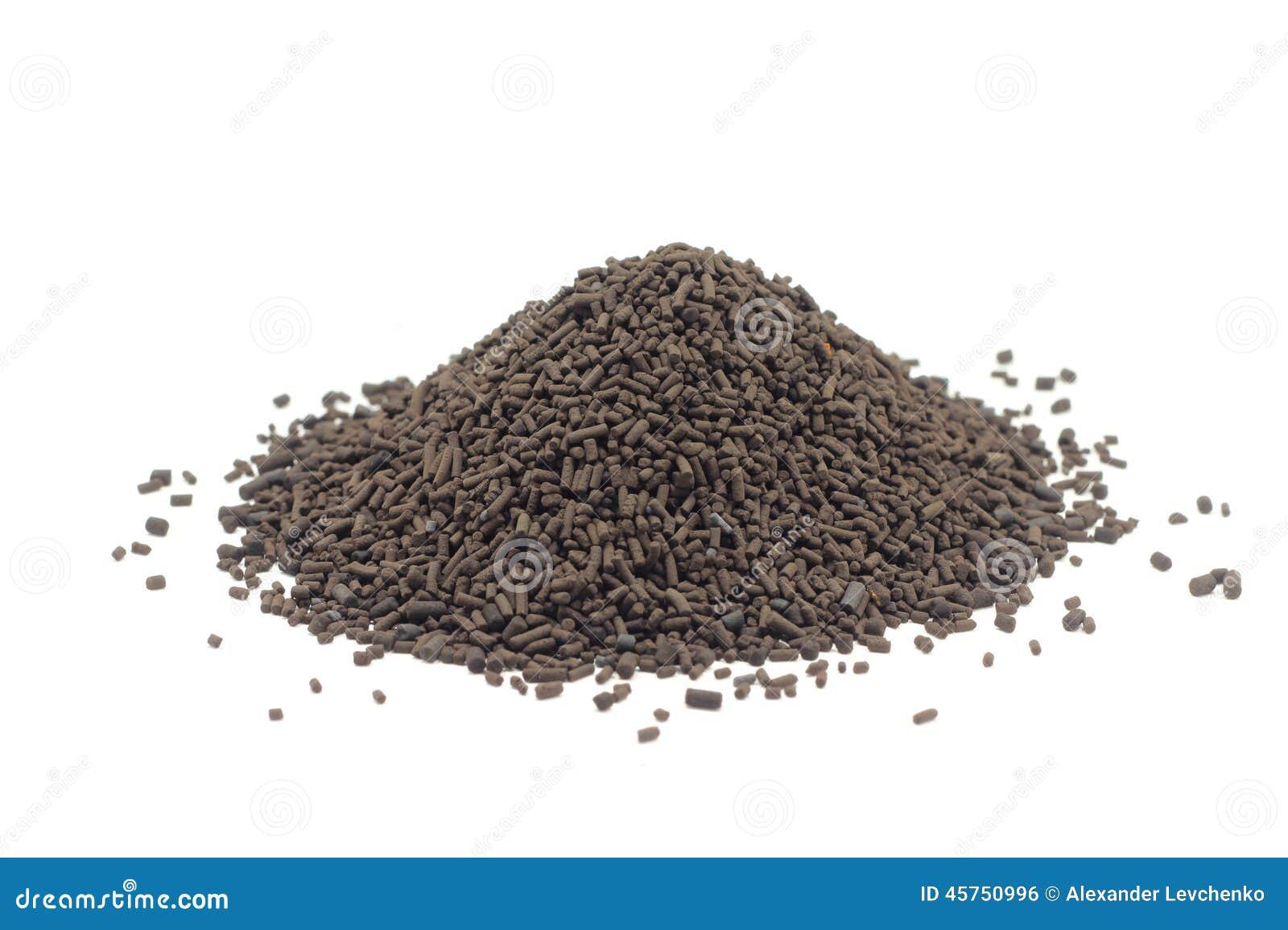 Una manciata di granelli marroni del catalizzatore