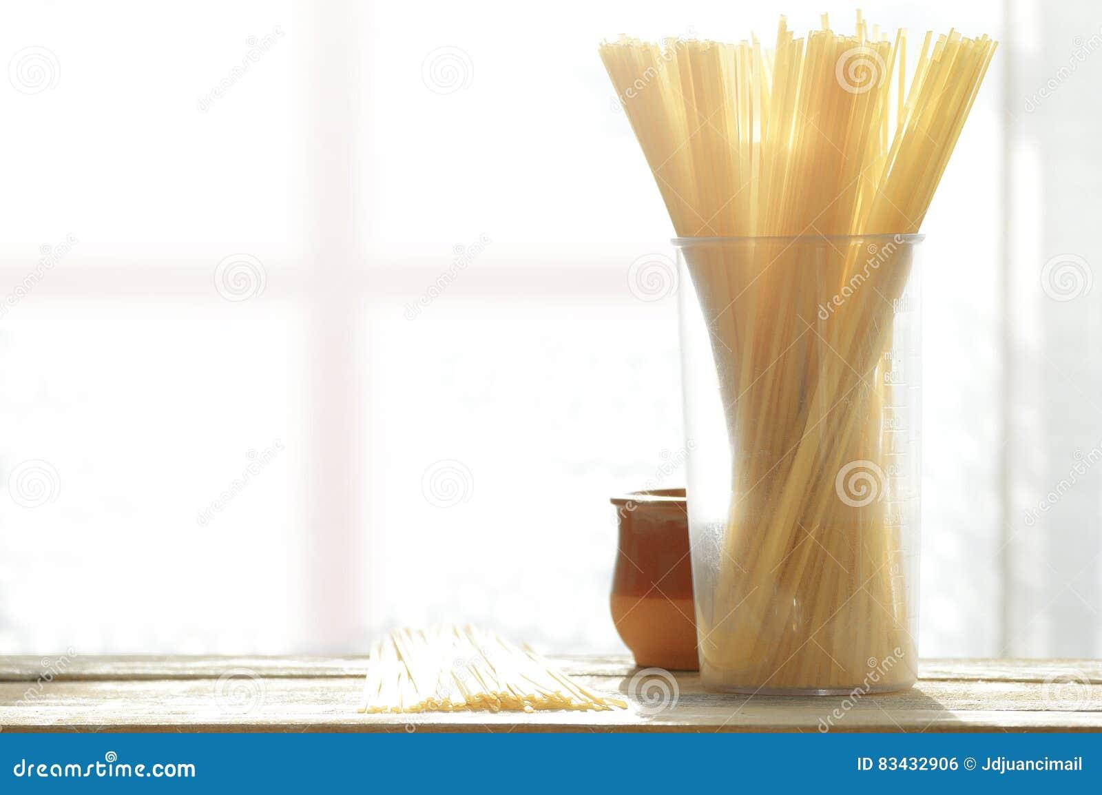 Una Manciata Di Spaghetti Crudi Su Una Tavola Di Legno ...