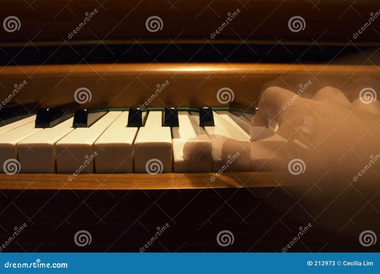 Una mano che gioca il piano