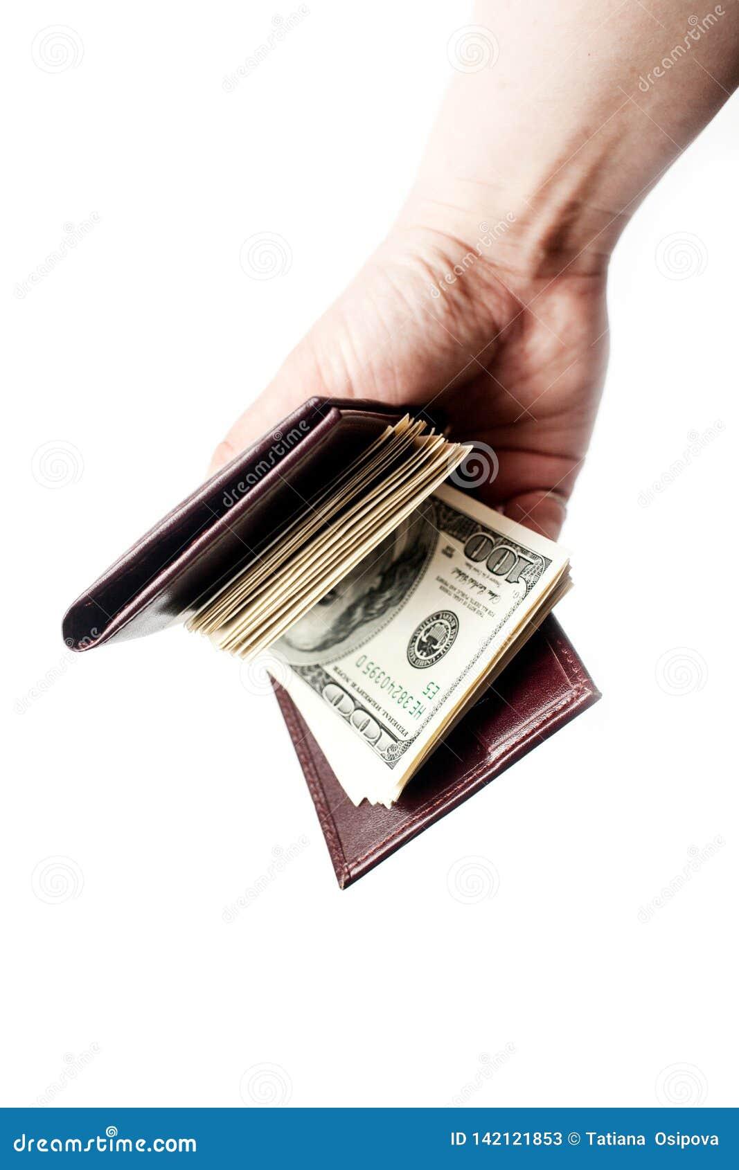 Una mano che tiene un portafoglio in pieno di contanti isolati sopra un fondo bianco verticale