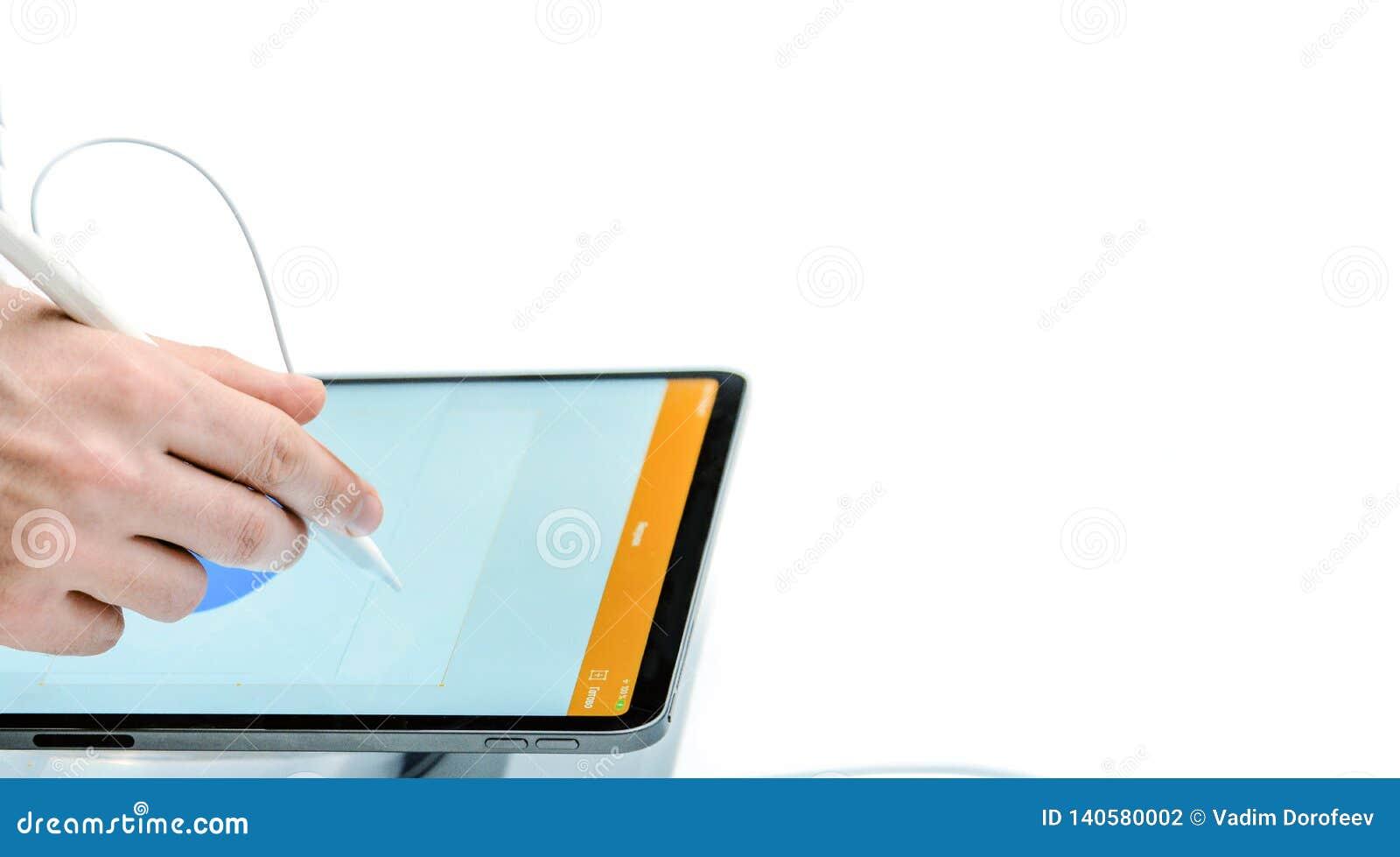 Una mano con una aguja dibuja en una tableta Tecnología de Digitaces Fondo aislado blanco Primer