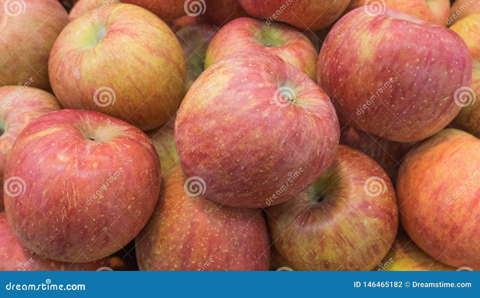 Una manzana roja madura encontrada en el centro comercial