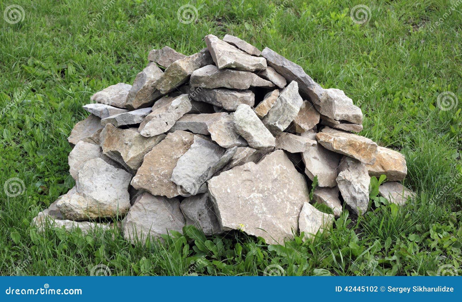Una masa de rocas en la hierba verde