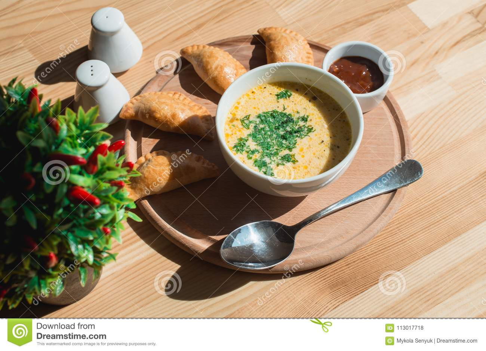 Una minestra deliziosa della crema del pollo dal cuoco unico
