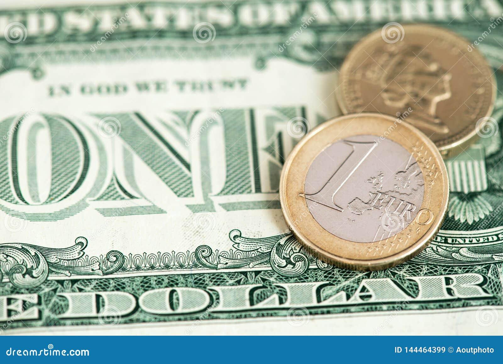 Una moneda del euro y libra británica con cierre de la cuenta de dólar americano encima de la imagen