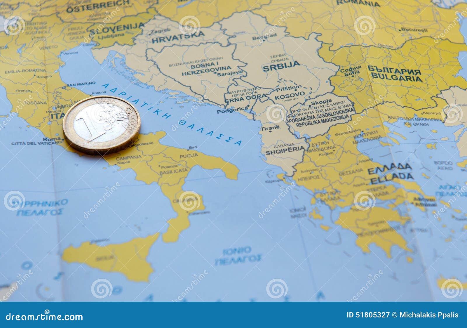 Una moneda euro en un mapa europeo