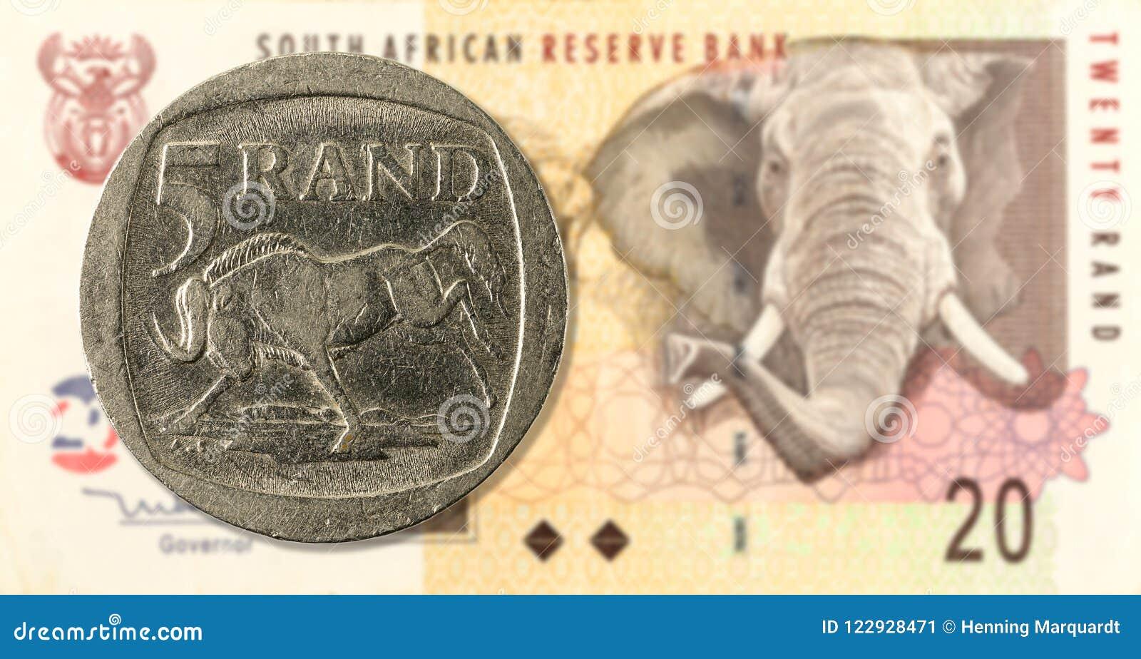 Una moneta da 5 bordi contro il complemento della banconota da 20 Rand sudafricani