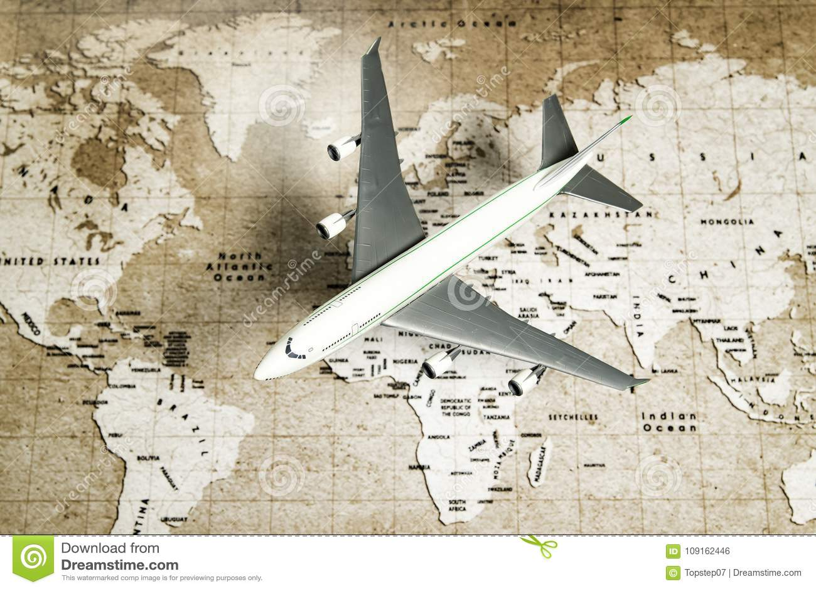 0525b2b727 Una mosca blanca del avión de aire sobre mapa del mundo marrón incluyendo  todo el nombre del país