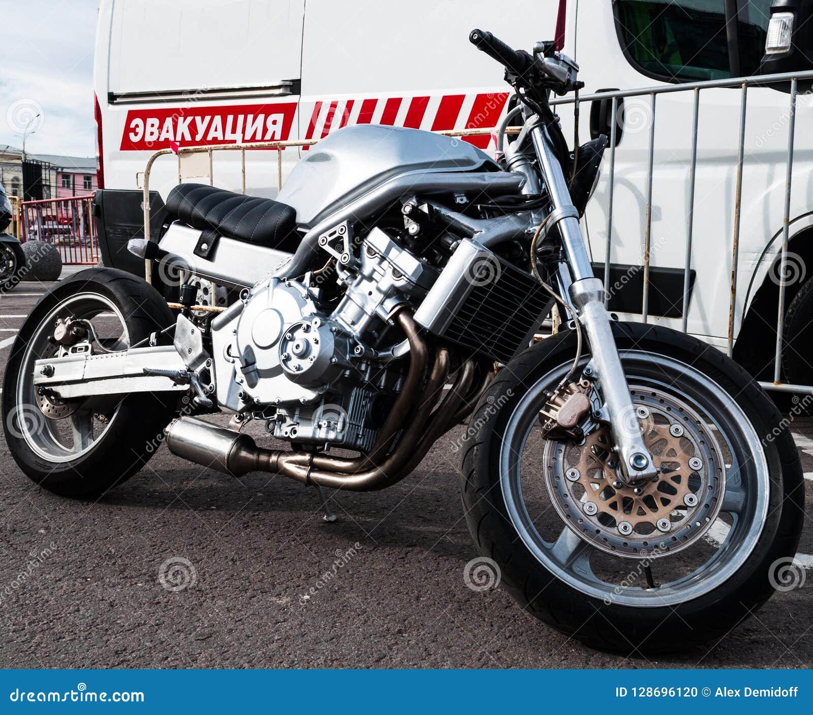 Una motocicleta con una distancia entre ejes corta