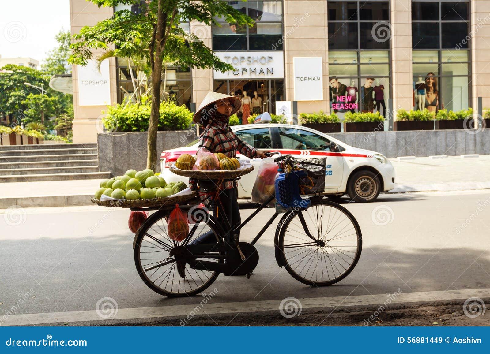 Una motocicletta sulla via alla provincia di Ha Giang
