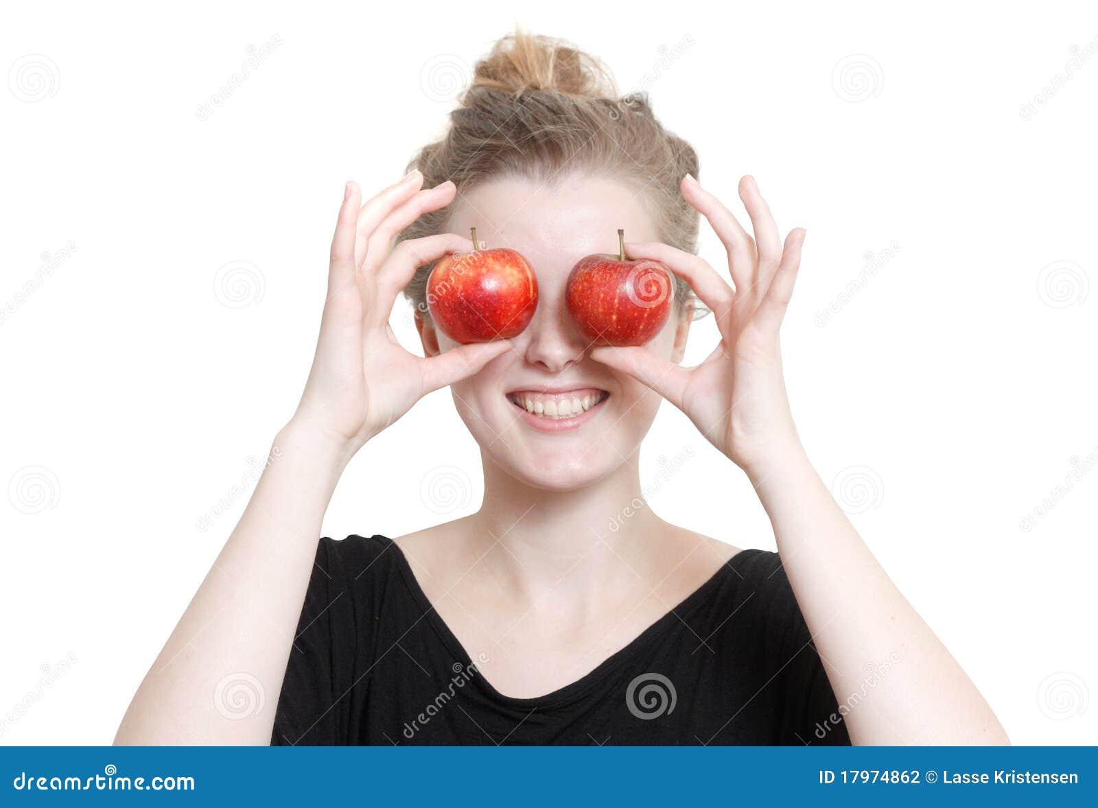 Una muchacha con las manzanas