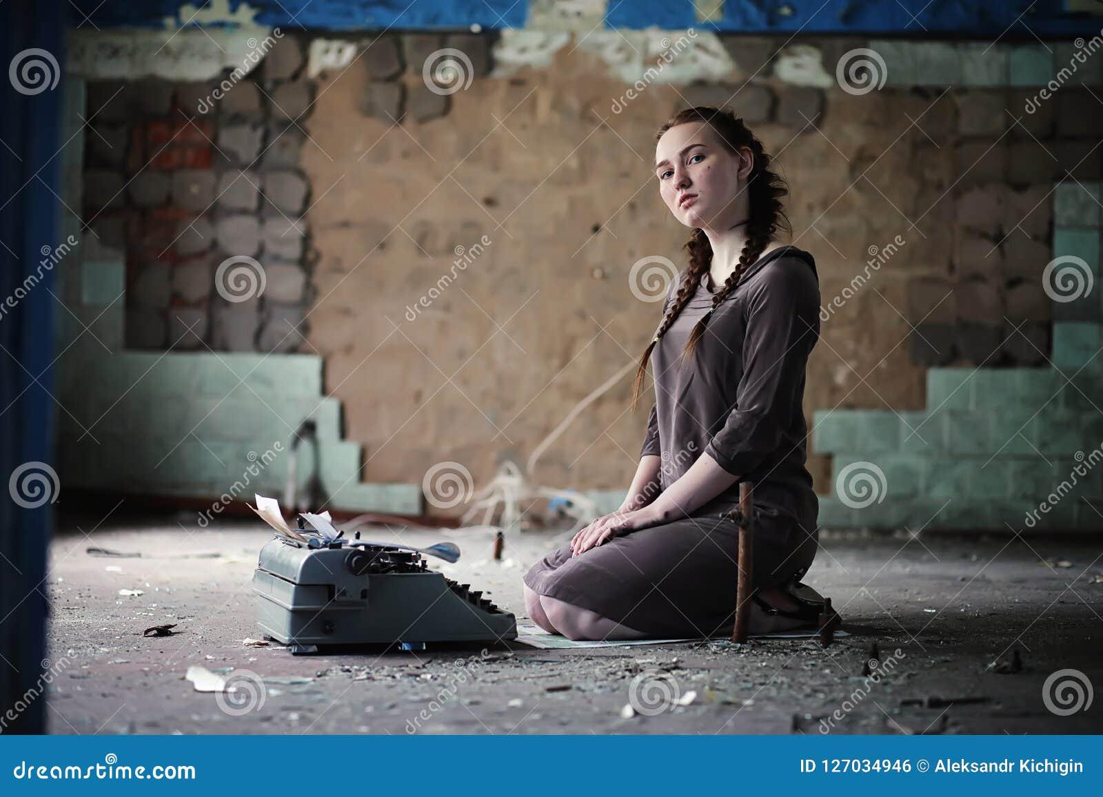 Una muchacha con los libros viejos en la casa vieja