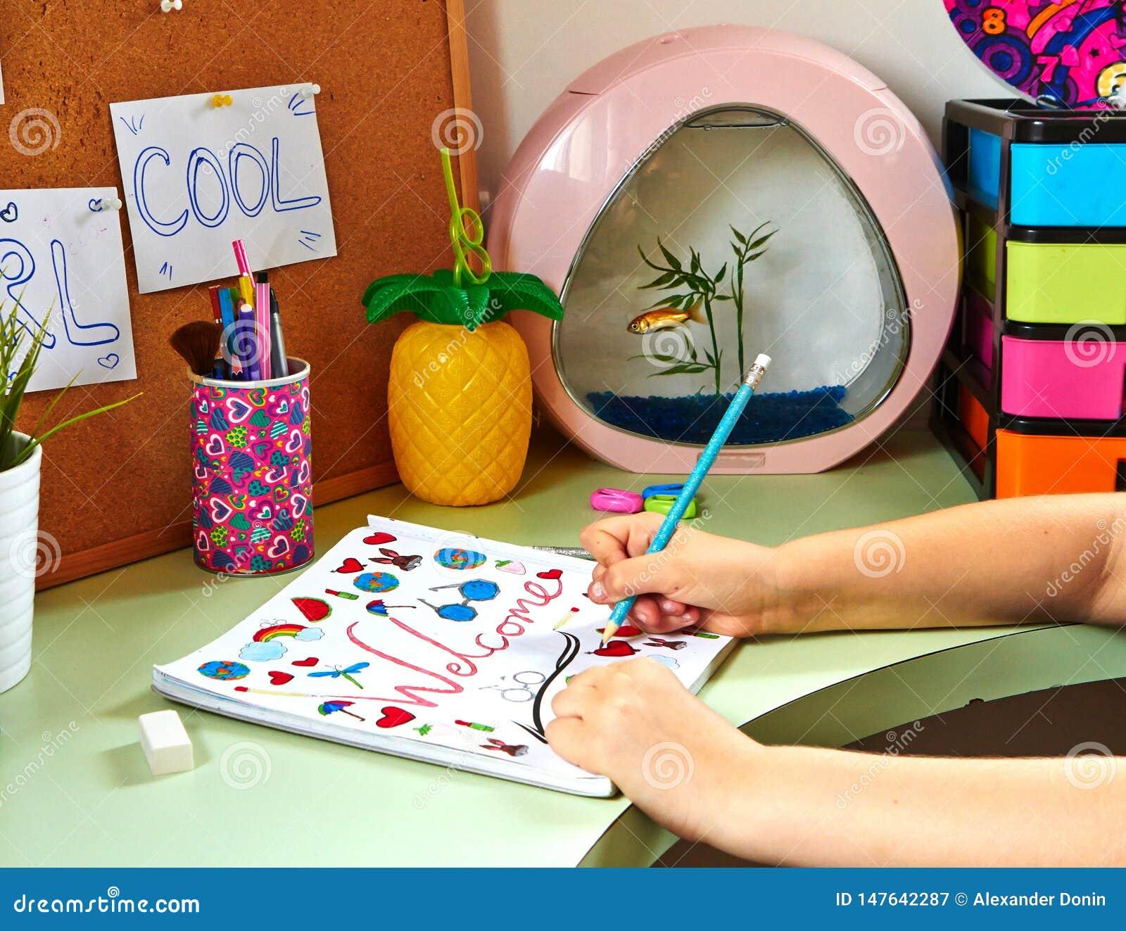 Una muchacha del adolescente dibuja