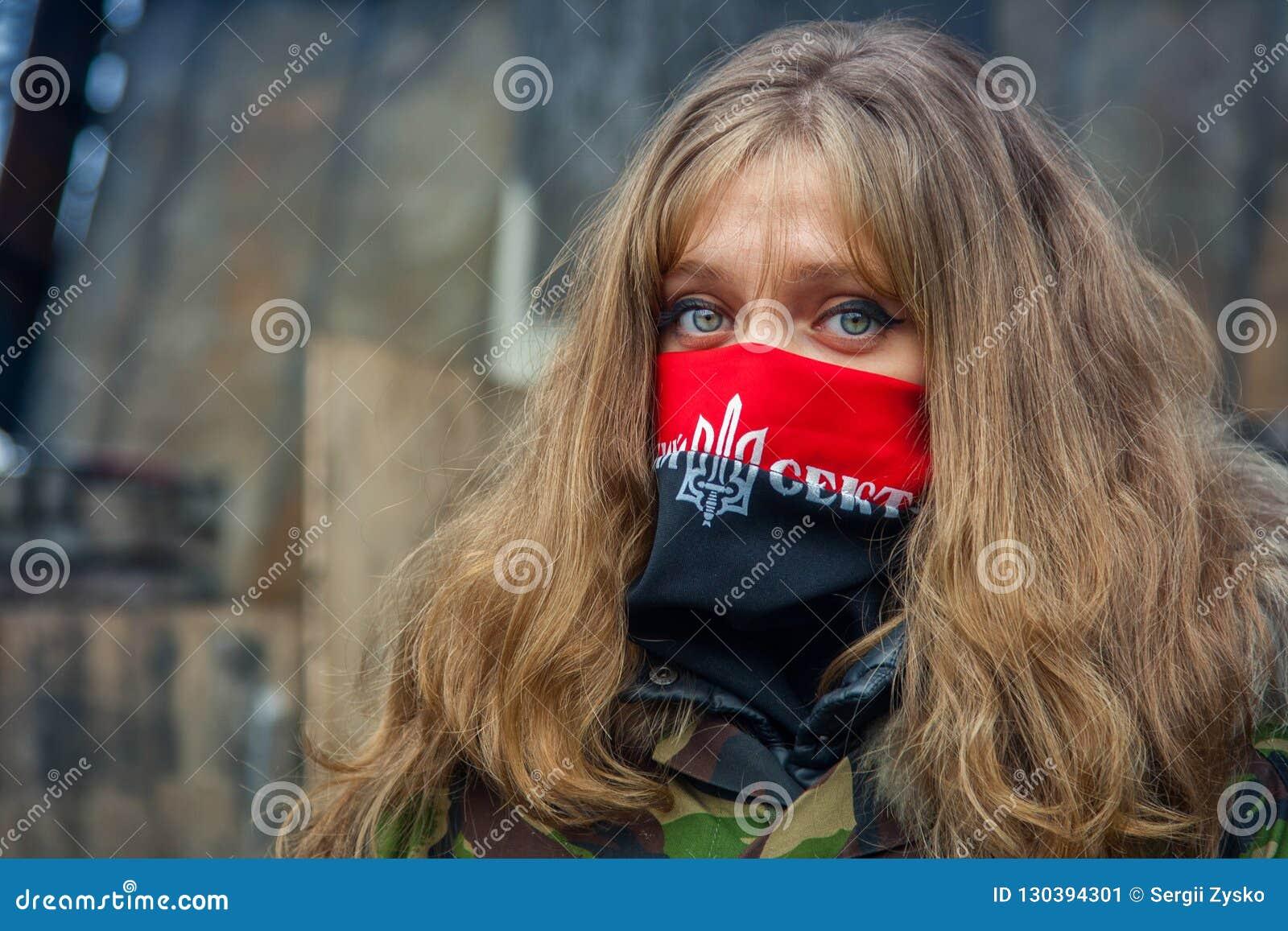 Una muchacha del sector correcto durante demostraciones en EuroMaidan