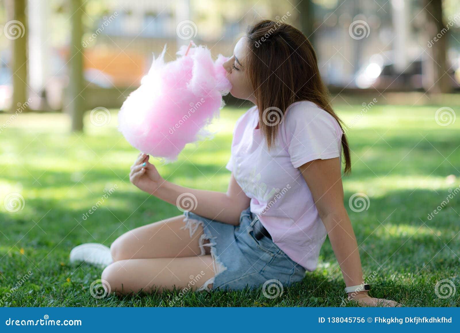 Una muchacha en un kirtag con el caramelo de algodón diversión y alegría de la feria