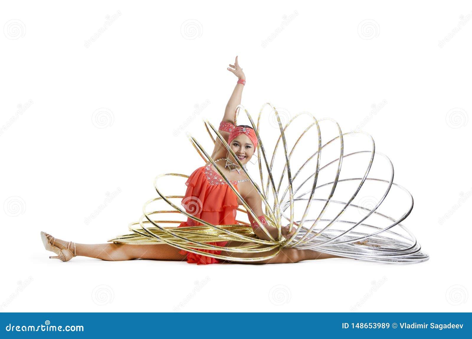 Una muchacha en un vestido de la etapa realiza una danza con un aro del hula