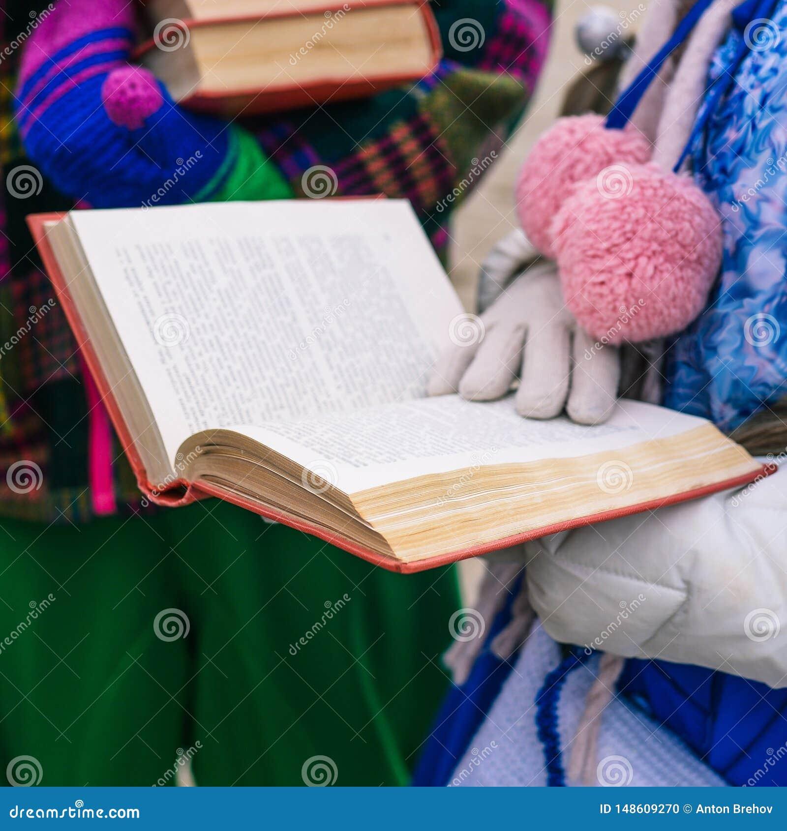 Una muchacha est? leyendo un libro Libro abierto en las manos de una mujer joven Proceso educativo Conferencia para los estudiant