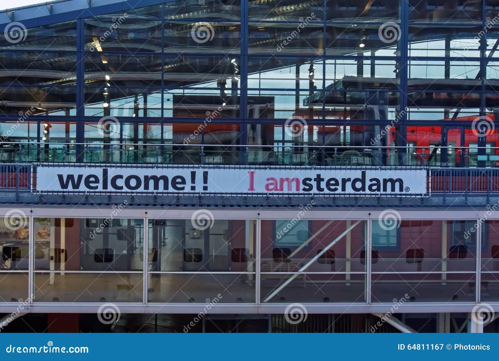 Una muestra que da la bienvenida en la estación de tren de Amsterdam