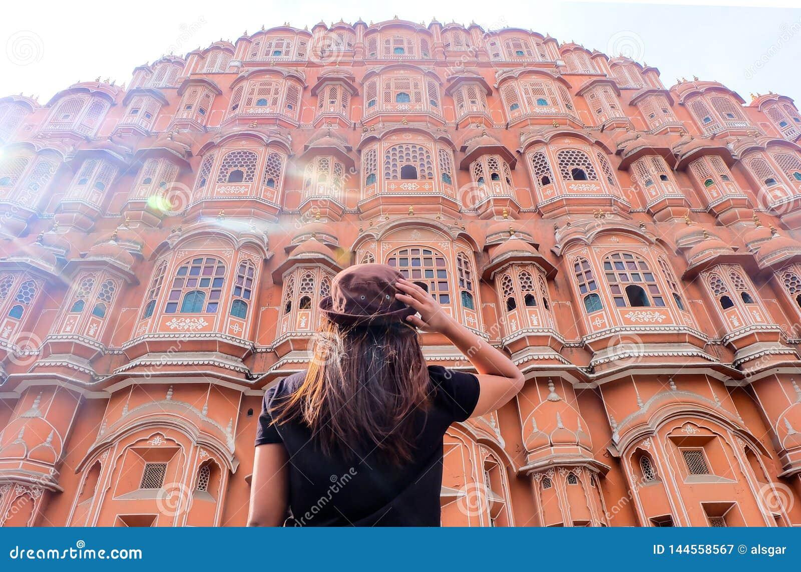 Una mujer asiática que mira a Hawa Mahal