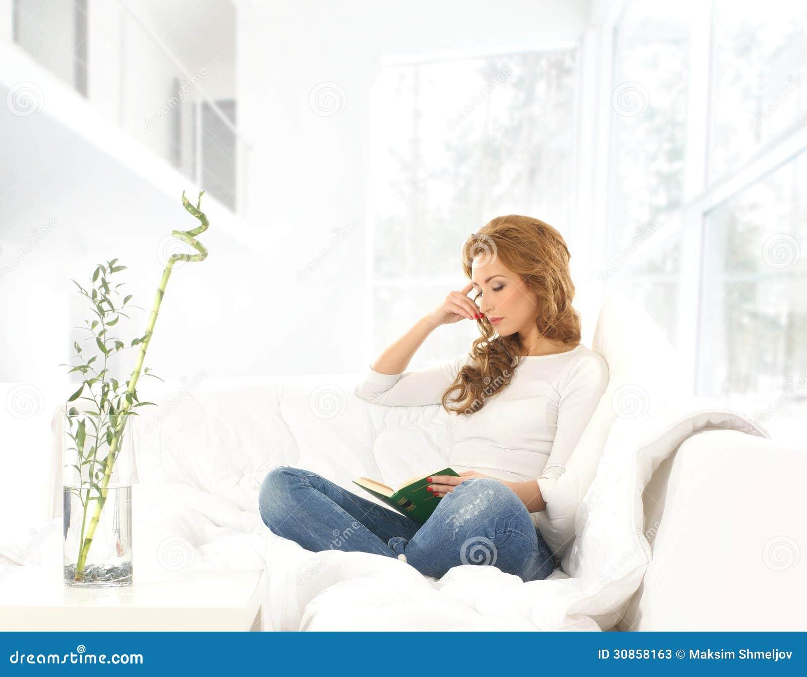 Una mujer caucásica joven en un interior moderno