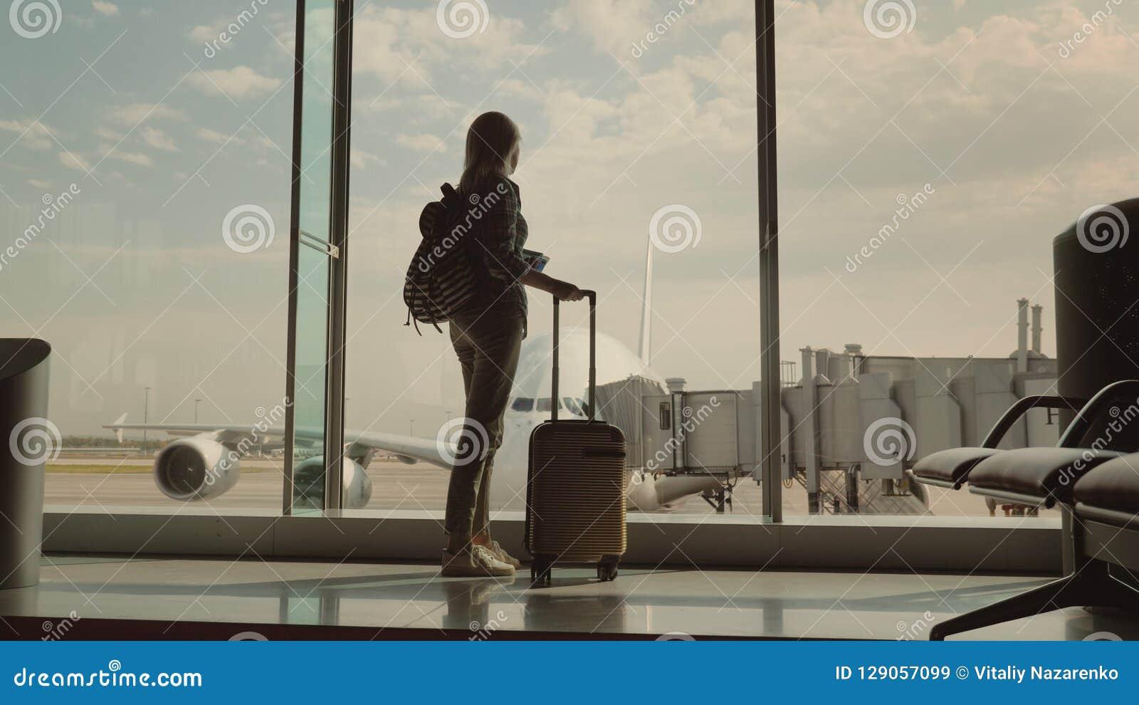 nueva colección bb396 85d1f Una Mujer Con Un Bolso Del Viaje Y Los Documentos De ...