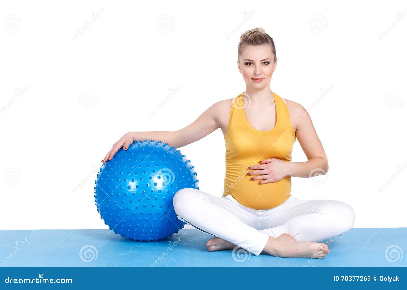 e04966190 Una Mujer Embarazada Hace La Gimnasia Con La Bola Imagen de archivo ...