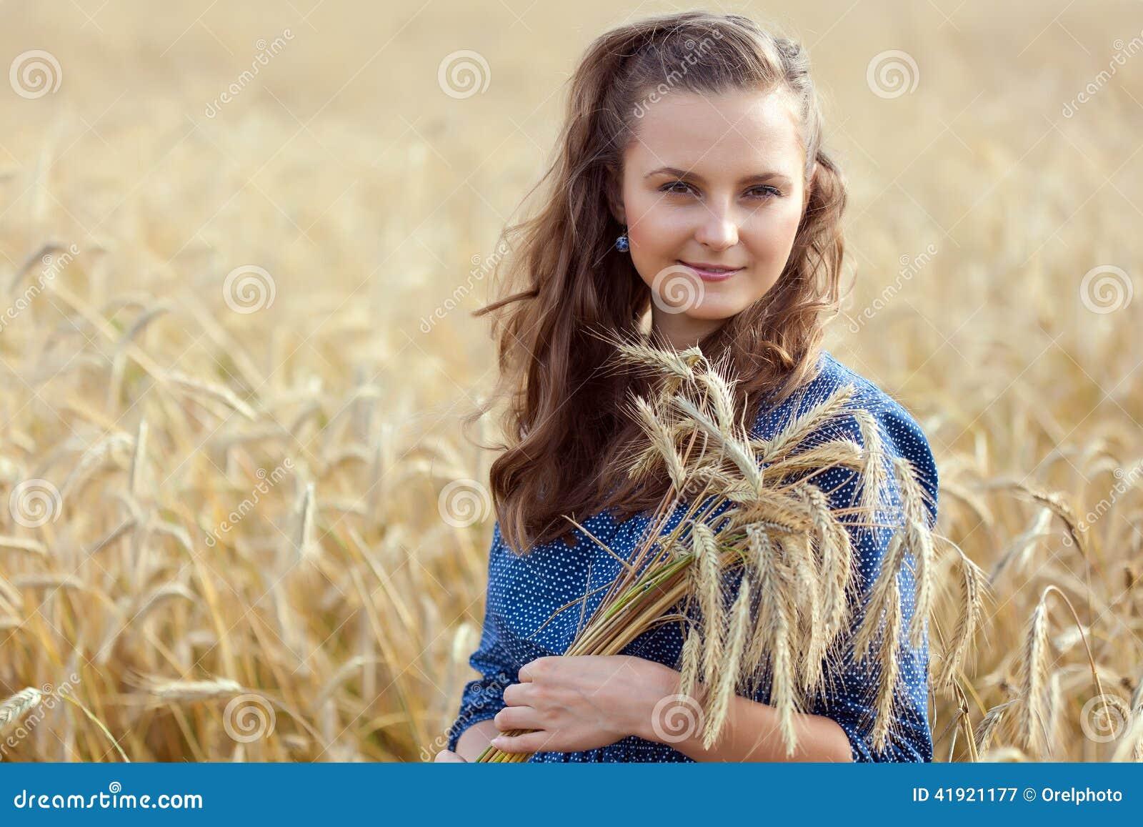 Una mujer en el prado