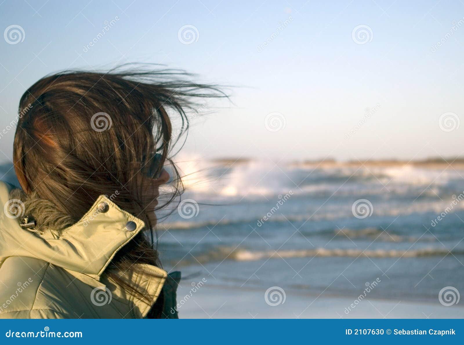 Una mujer en un mar muy ventoso